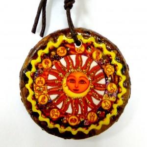 Сувенир подвеска Луна и Солнце выполнен из целебной кедровой плитки